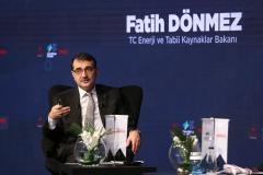 """Enerji ve Tabii Kaynaklar Bakanı Fatih Dönmez, İstanbul'da """"3. Türkiye Enerji ve Doğal Kaynaklar Zirvesi""""nde katıldı. Bakan Dönmez, moderatörlerin sorularını yanıtladı. ( Muhammed Enes Yıldırım - Anadolu Ajansı )"""