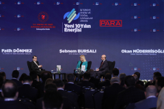 """Enerji ve Tabii Kaynaklar Bakanı Fatih Dönmez (solda), İstanbul'da """"3. Türkiye Enerji ve Doğal Kaynaklar Zirvesi""""nde katıldı. Bakan Dönmez, moderatörlerin sorularını yanıtladı. ( Celal Güneş - Anadolu Ajansı )"""
