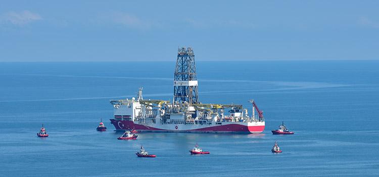 Türkiye tarihinin en büyük doğalgaz keşfini Karadeniz'de gerçekleştiren Fatih Sondaj Gemisi, montaj çalışmalarının ardından Trabzon'dan yola çıkmıştı. (Arşiv) ( Ömür Avcı - Anadolu Ajansı )
